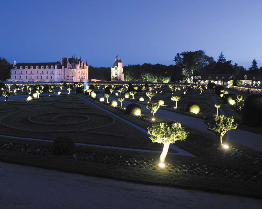 Diane de Poitier garden all set for nocturnal walks visitors. - Chateau de Chenonceau