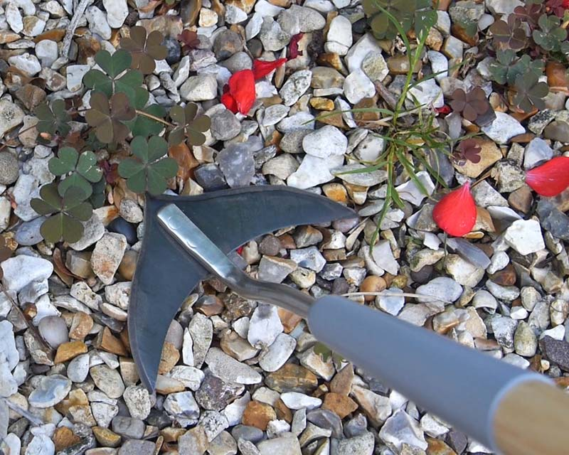 Weed slice by Burgon and Ball, weeding in gravel