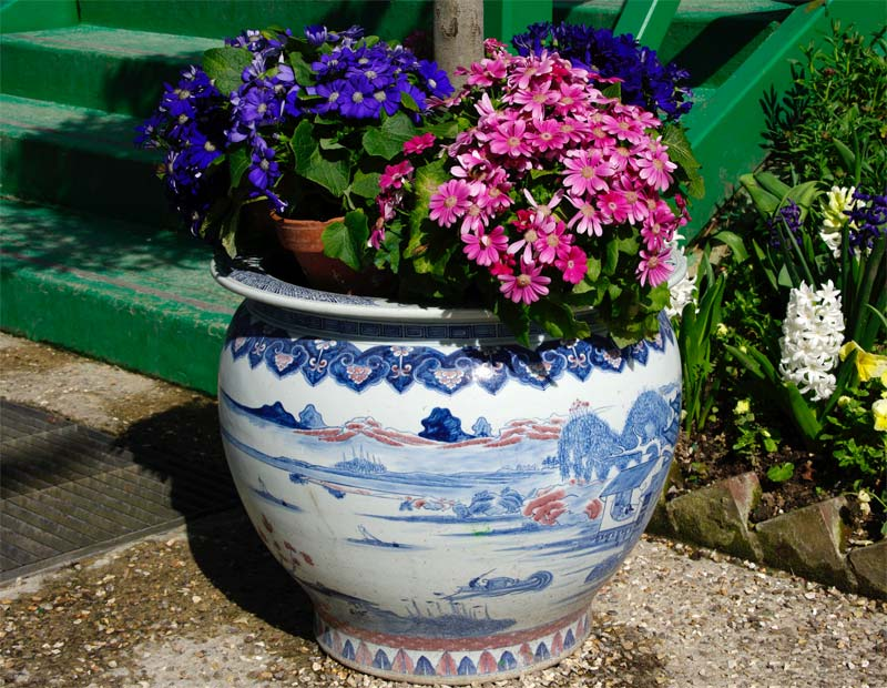 Even the pots reflect his tastes in oriental art - that's authenticity - Giverny - Monet's Garden